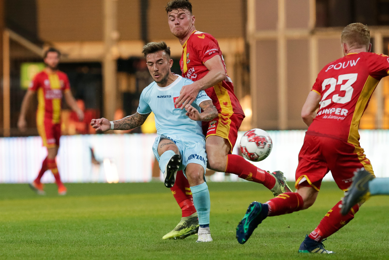 Julius Bliek (midden, in rood-geel tenue) pakte meteen drie punten met Go Ahead Eagles.