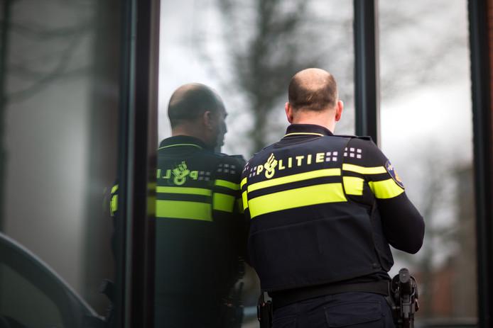Ronald V. draagt nog trots het politie-uniform maar wil onherkenbaar blijven.
