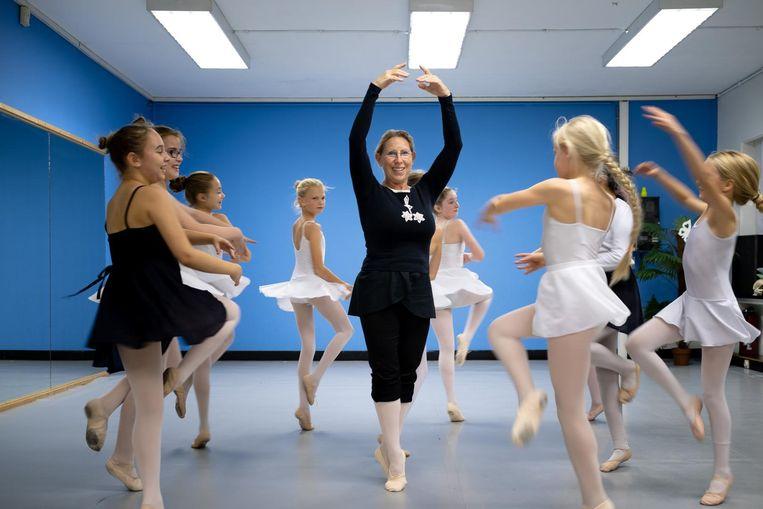 Annemie Thijs heeft het nog altijd: in de balletklas toont ze enkele bewegingen aan haar leerlingen.