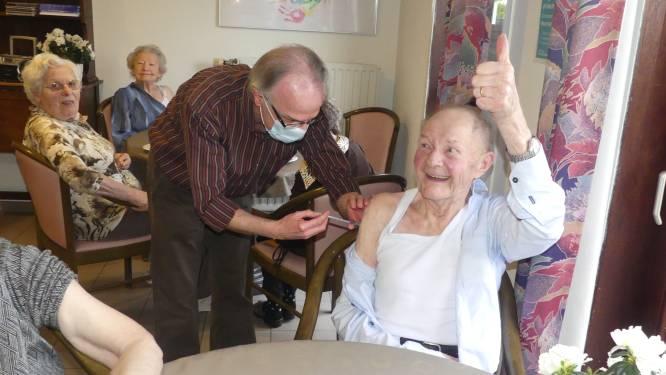 """Ignaas (87) is eerste gevaccineerde Deinzenaar: """"Niets van gevoeld, ook niet van het virus"""""""