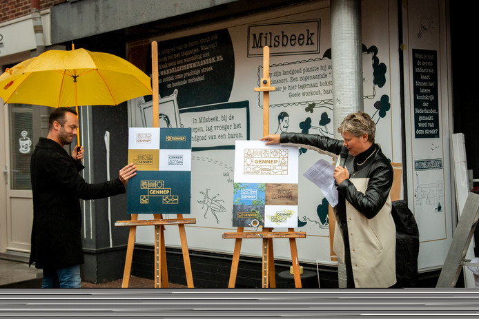 Bart Schouteten (bierbrouwer van d'Ooijevaer, inwoner van Gennep en vormgever bij Imagro) en wethouder Janine van Hulsteijn onthullen het nieuwe toeristische beeldmerk. Op de achtergrond zijn de illustraties van Karline Linsen zichtbaar.