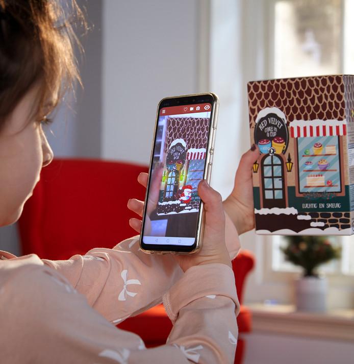 Binnen de serie 'Let it snow' is ieder doosje – van pakje drop tot brood – omgetoverd tot een kersthuisje. Als je het huisje met je mobiele telefoon scant, komt het tot leven.