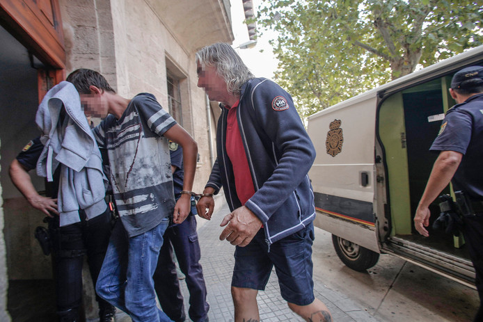 Rob (54) G. uit Schagen en zijn zoon Robbie tijdens hun arrestatie in Palma de Mallorca.