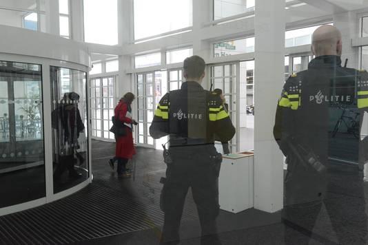 Extra beveiliging in het Haagse stadhuis na dreigtelefoontje