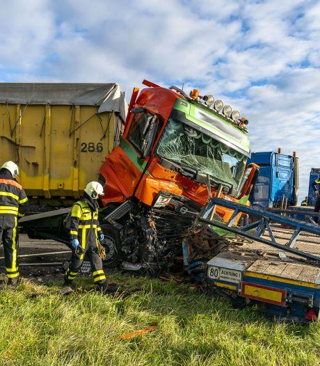 A59 bij Terheijden uren dicht na botsing met twee vrachtwagens