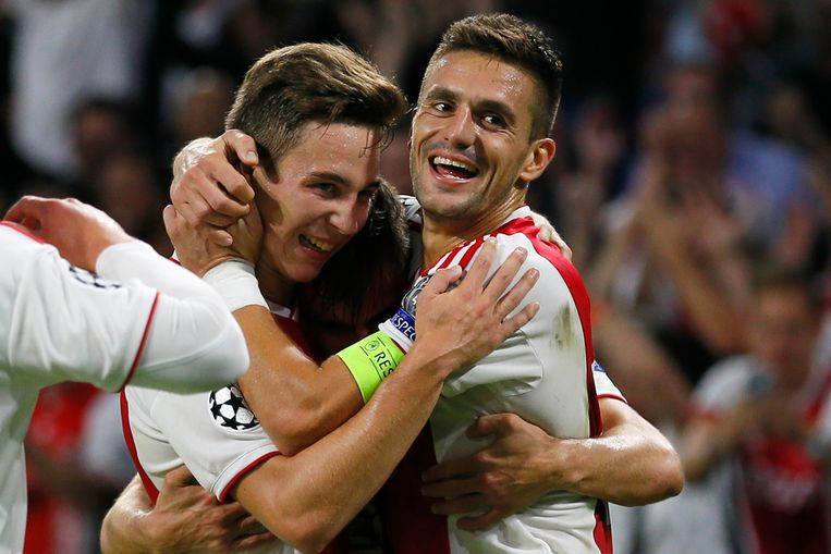 Aanvoerder Dusan Tadic en Carel Eiting omhelzen Nicolas Tagliafico, die tegen AEK Athene twee keer scoorde voor Ajax. Beeld AP