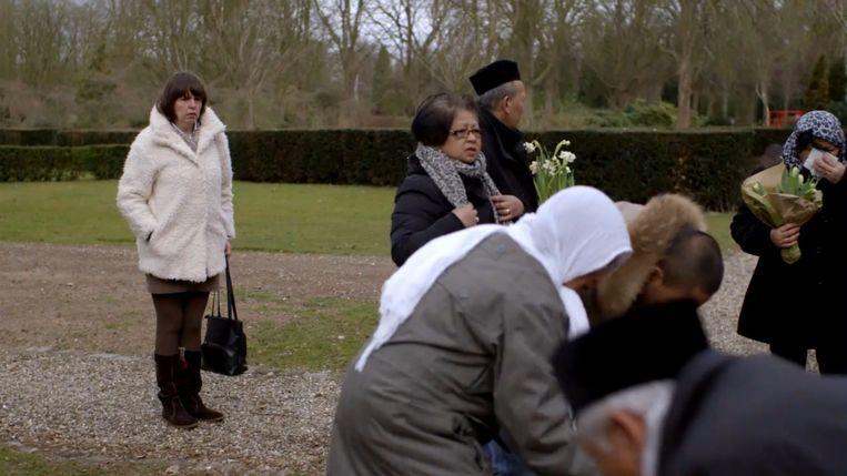 De Javaanse familie bij een herdenkingsceremonie met op de achtergrond een medewerkster van Slachtofferhulp. Beeld .