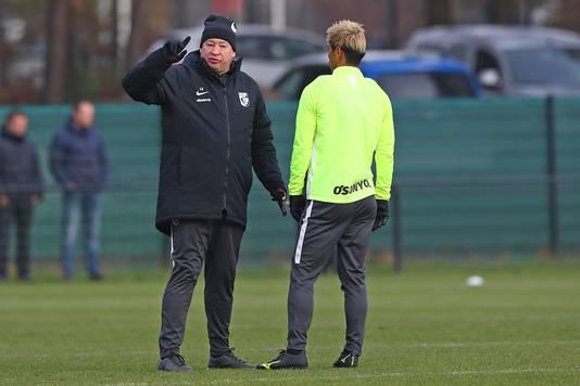 Leonid Sloetski overlegt met Keisuke Honda over de tactiek van Vitesse.