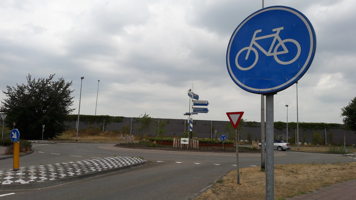 Het is binnenkort 'fietsers eerst' op de rotonde waar de Spoorlaan, de Elshoutseweg en de Stationsstraat in Drunen bij elkaar komen