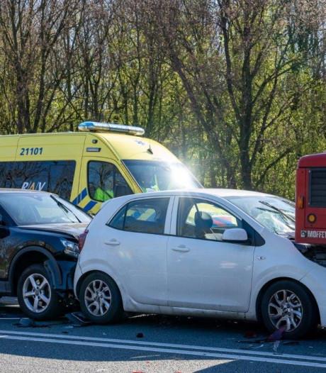 Ongeval met twee auto's en vrachtwagen op afrit Engelen