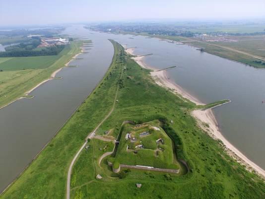 Net nadat de Rijn bij Lobith Nederland binnenkomt (helemaal boven), splitst de rivier zich in de Waal (rechts) en de Rijn.