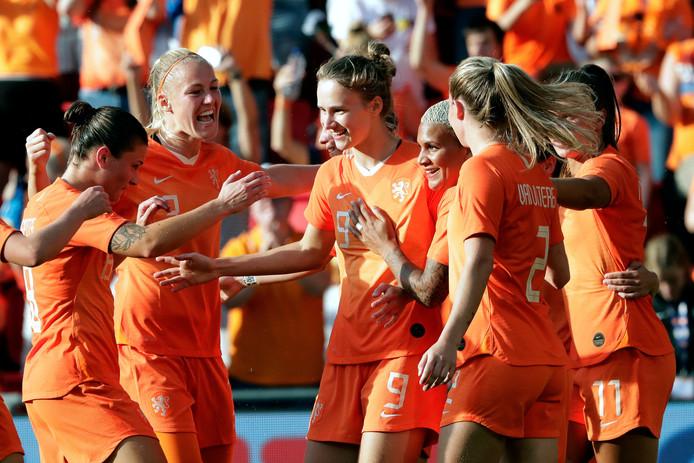 Oranje viert een goal van Vivianne Miedema.