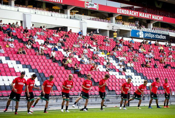 Publiek en spelers tijdens een openbare training van PSV in het Philips Stadion.
