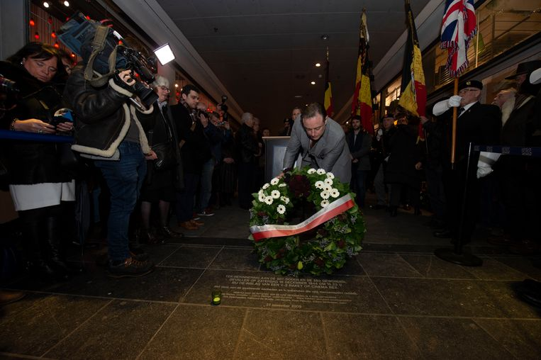 Burgemeester Bart De Wever legt een krans neer bij de gedenksteen.
