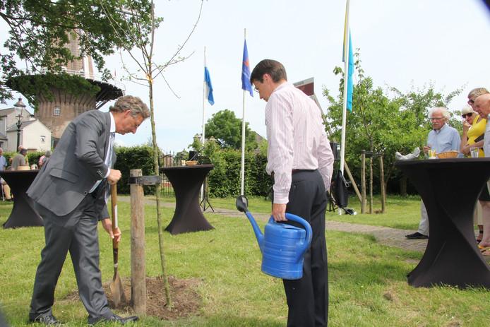 Wethouder Johan van der Schoot gooit gat dicht en Winfried de Luij staat te wachten om water te geven.