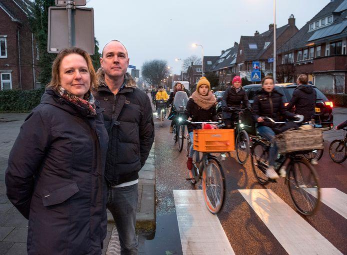 Ina Grimbel en Jan Giesbers zijn initiatiefnemers van een klaaroversysteem op de kruising Everard Meijsterlaan/Franz Schubertstraat in Oog in Al om schoolkinderen op een veilige manier de drukke fietsstraat over te krijgen.