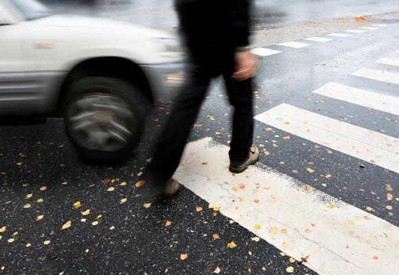 Illustratiebeeld - Het slachtoffer kwam voor de wagen staan, de bestuurder besloot hem opzij te duwen.