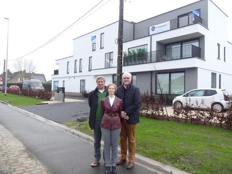 Met de opbrengst van de verkoop van Ter Wilgen werden deze appartementen in Astene gebouwd. Op de foto staan secretaris Jo Baele, penningmeester Ethel Van Hoe en voorzitter Jozef De Buck van het Ter Wilgen Fonds.