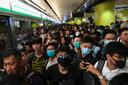 Honderden demonstranten op een treinstation in Hong Kong.