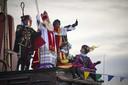 Pakjesboot 070 arriveert in de haven van Scheveningen tijdens de intocht van Sinterklaas en zijn Pieten.