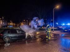 Autobrand in Tilburg, omstander aangehouden wegens bedreigen verkeersregelaar