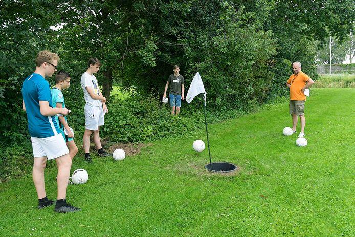 Voetgolf bij voetbalvereniging Oranje Wit in Dordrecht.
