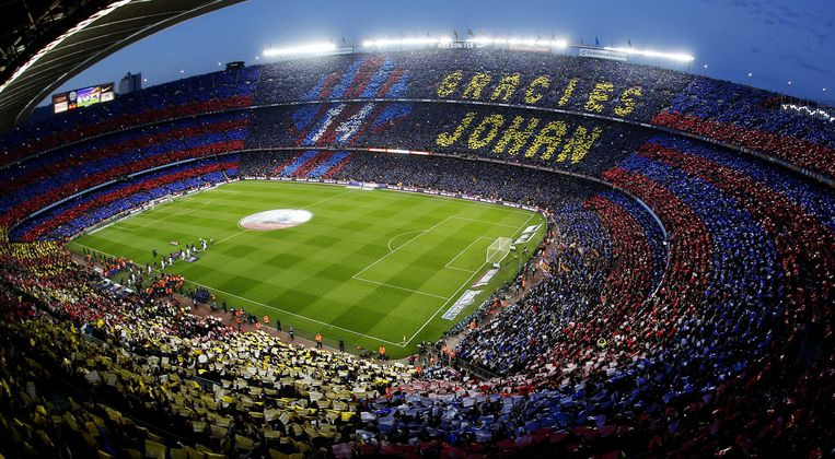 Archiefbeeld: een tifo ter ere van Johan Cruijff in Camp Nou.