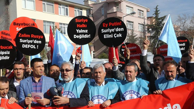 Turken demonstreren tegen 'agressor' Rusland, dat vandaag vermoedelijk met twee vliegtuigen het Turkse luchtruim schond Beeld afp
