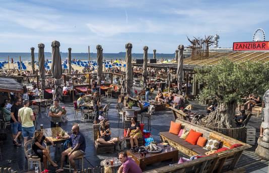 De terrassen van de strandtenten zitten goed vol.