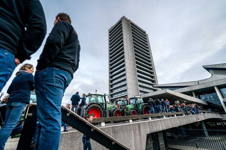 Boeren bezetten op 25 oktober het bordes van het provinciehuis in Den Bosch.  Beeld ANP