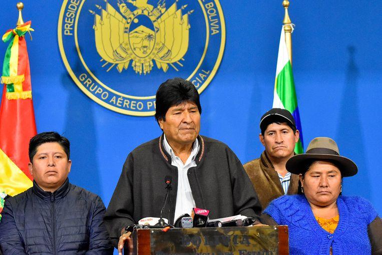 Evo Morales tijdens een persconferentie waarbij hij aankondigde nieuwe verkiezingen uit te zullen schrijven. Later die dag maakte hij zijn aftreden bekend.  Beeld Getty Images