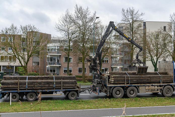 De vrachtwagen met daarop een kraan die de bovenleiding heeft geraakt.
