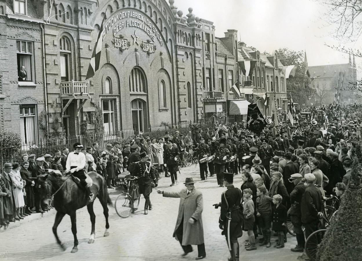 Muziekvereniging Hartog in de Molenstraat ter hoogte van de Koekfabriek vooraan in de stoet die de nieuwe burgemeester Louis de Bourbon verwelkomde (1941).
