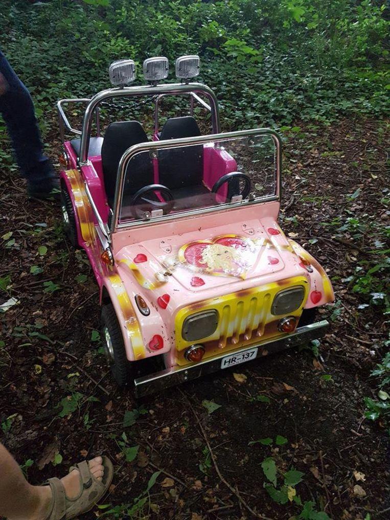 Het gestolen roze autootje is teruggevonden op een paadje nabij een bos.