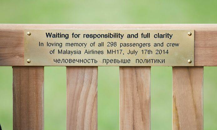 2017-07-16 10:55:25 DEN HAAG - Nabestaanden van de ramp met vlucht MH17 hebben uit protest een bankje geplaatst voor de Russische ambassade in Den Haag. Hiermee geven ze aan te wachten op verantwoordelijkheid en volledige helderheid. ANP MARTIJN BEEKMAN