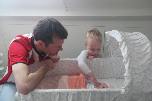Renders met zoon Cas en zijn pasgeboren dochter Lize. Het PSV-shirt droeg hij ook tijdens de bevalling.