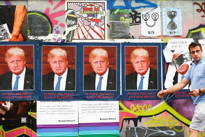 Op een muur in het oosten van Londen heeft een kunstenaar de foto's van Trump en Johnson samengevoegd in een kunstwerk onder de titel: DORIS BORUMP.