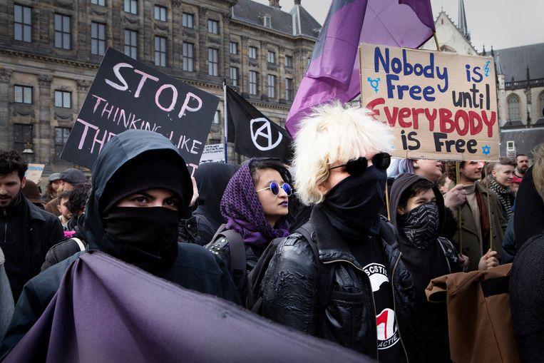Antifa op de antiracismedemonstratie in Amsterdam. Rechts met zonnebril en blond haar de 21-jarige Nijmeegse.  Beeld Pauline Marie Niks
