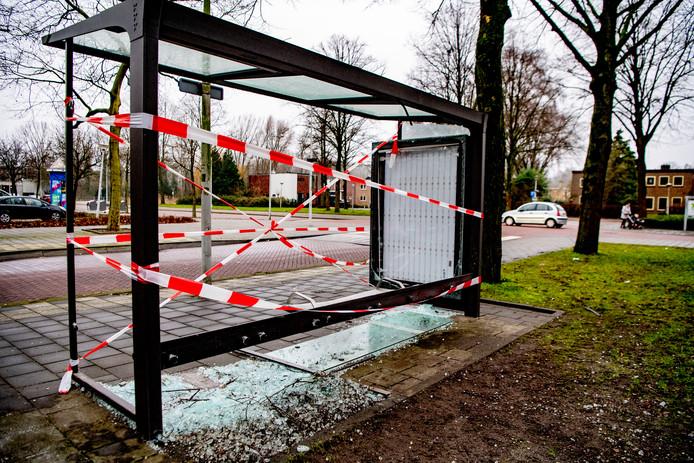 Een door vuurwerk vernield bushokje in Amsterdam.