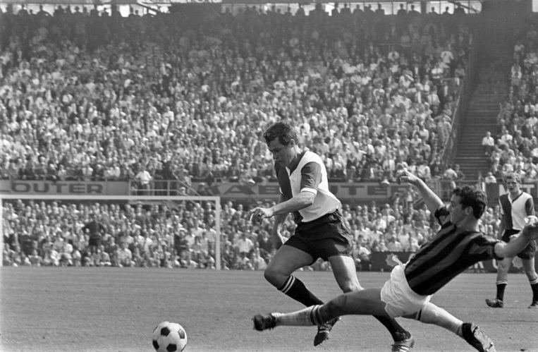 Tijdens zijn hoogtijdagen voor Feyenoord, in 1968 in de bomvolle Kuip, op de huid gezeten door voormalig ploeggenoot Theo Cornwall van DWS. Beeld Nationaal Archief