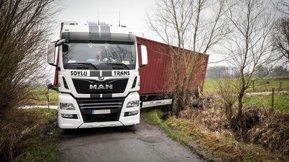 Opnieuw vrachtwagen vast in gracht
