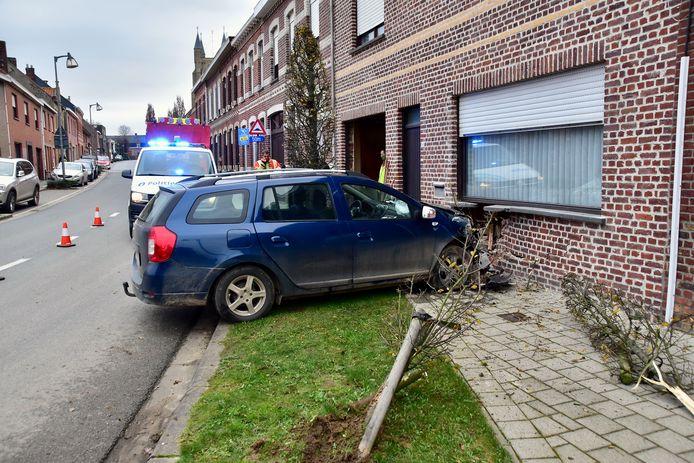 Door de klap werd een groot gat geslagen net onder het raam van de woonkamer waarachter bewoners Franky Legrand en zijn echtgenote zich bevonden.