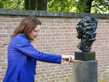 Veilingmeester Christie's opent expositie met beelden oudtante bij Meppel