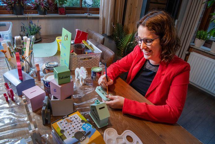 Moniek Meijerink-Reusink heeft een webshop in creatieve cadeaus. Veel ontstaat aan de keukentafel in haar woning in Apeldoorn.