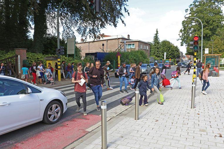 De Nieuwstraat, die de verbinding vormt met Ternat, telt in Asse drie scholen en slikt elke dag 12.000 voertuigen.