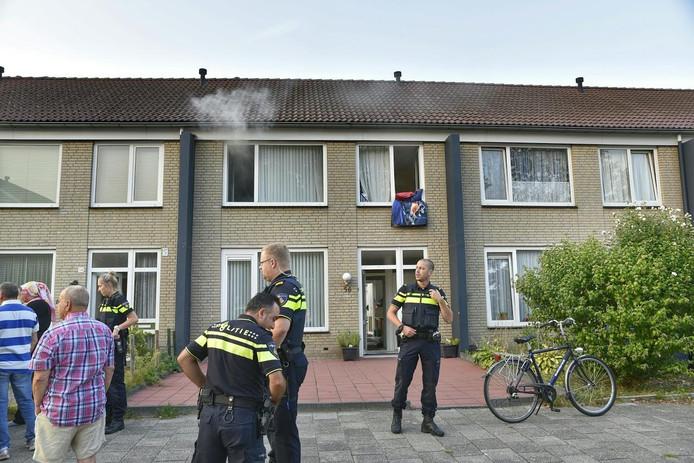 De rook komt nog uit de ramen van de woning, maar voordat de brandweer arriveert is het vuur is al geblust.