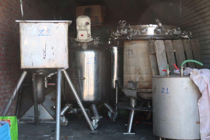 Materialen voor een drugslab aangetroffen in een garagebox in Zundert.