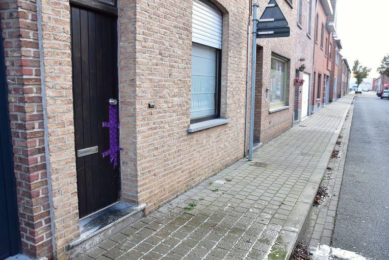 De woning in de Nachtegaalstraat in Wevelgem waar het levenloze lichaam van Jill Himpe (36) werd aangetroffen, werd na de feiten verzegeld.