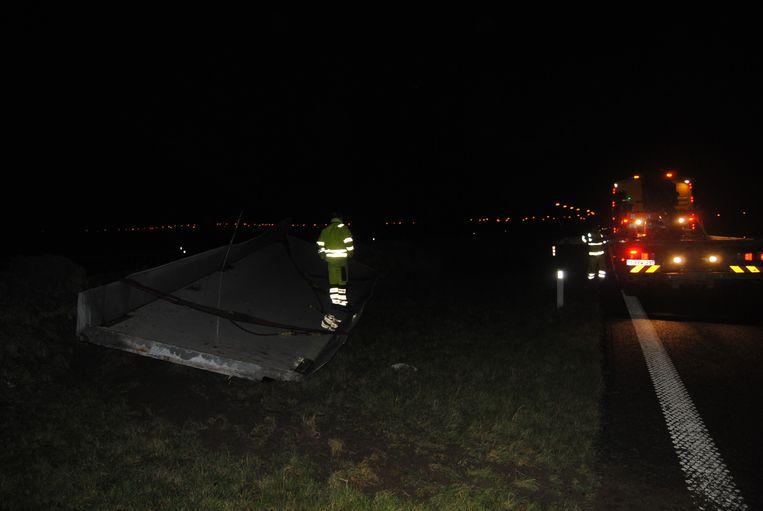 Ook de E40 ter hoogte van Nieuwpoort verloor een truck een deel van zijn oplegger. De autosnelweg werd een half uur afgesloten.
