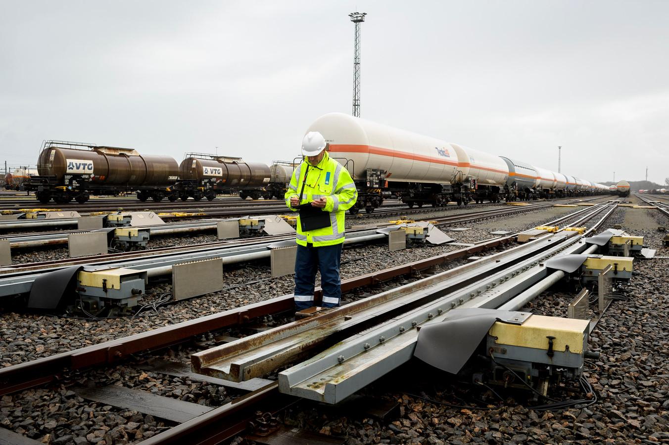 Een inspecteur van de Inspectie Leefomgeving en Transport onderzoekt het spoor op rangeerterrein Kijfhoek in Zwijndrecht.